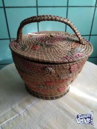 Costurero antiguo de rafia
