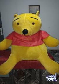 Muñeco de peluche Winnie Pooh 90  cm.de alto.