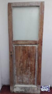 Puerta usada de madera con vidrio